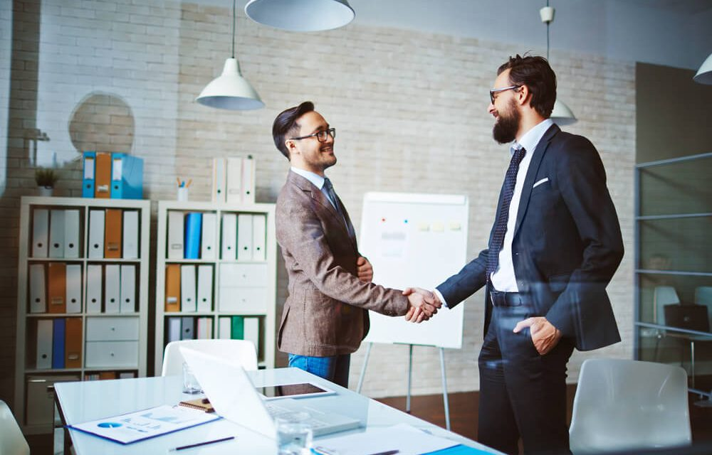 Dois profissionais apertando as mãos - Paraná Banco