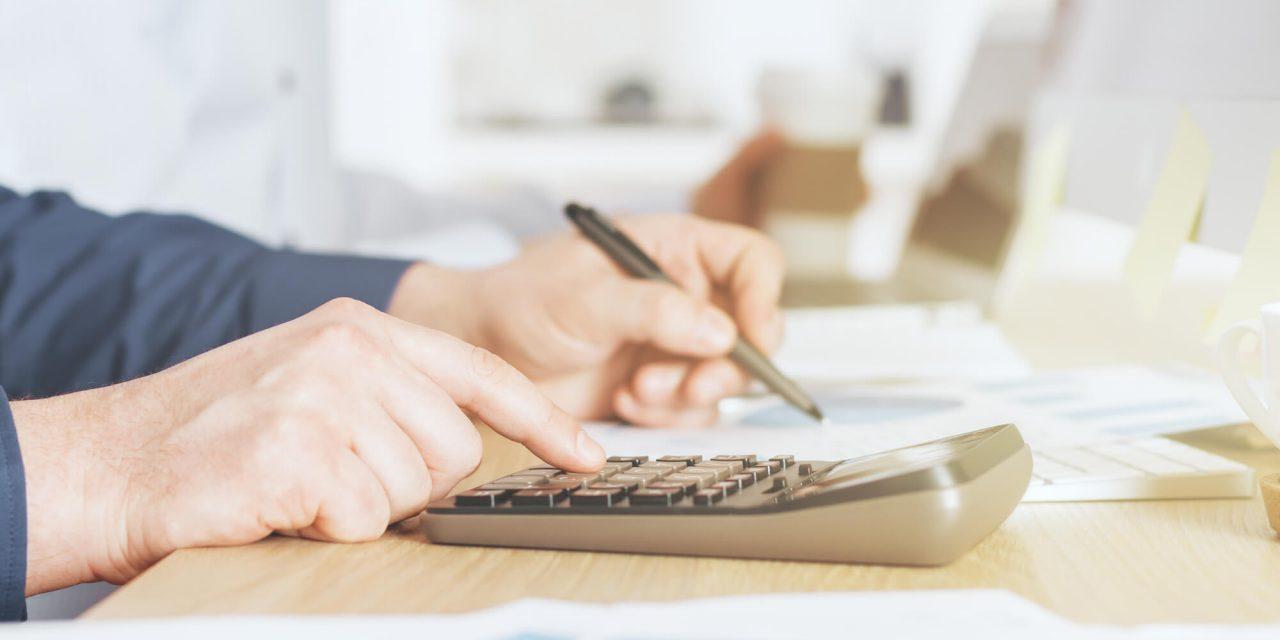 Homem Calculando Índice na Calculadora - Paraná Banco