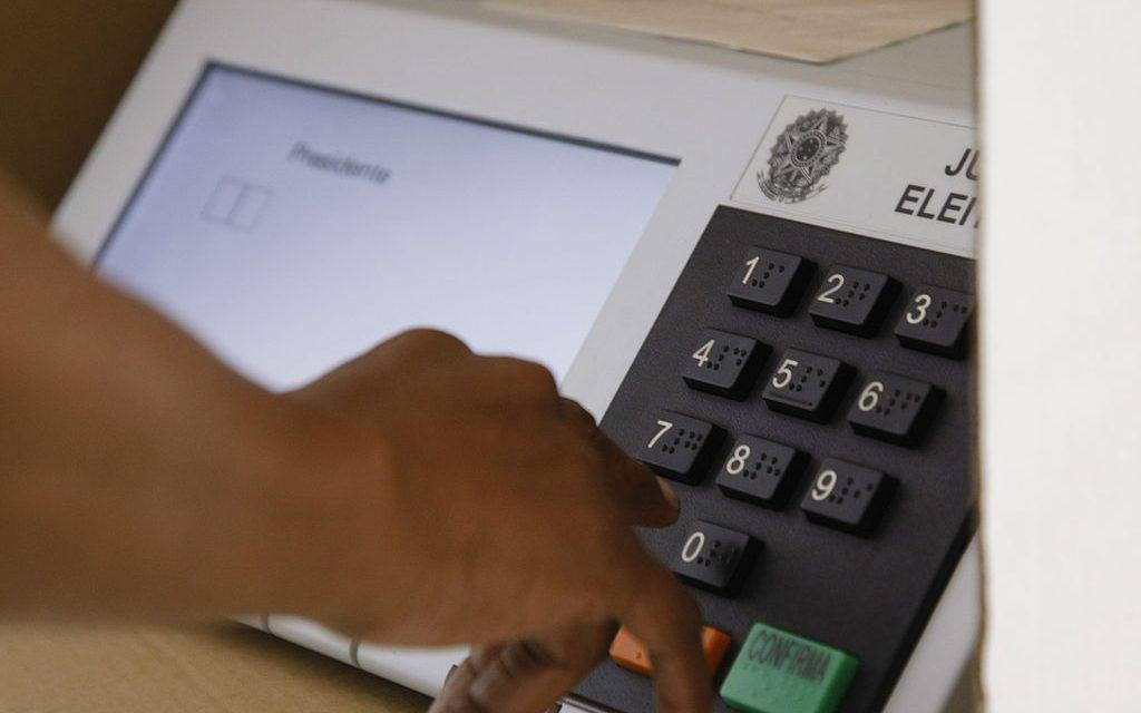Homem no processo de voto eletrônico - Paraná Banco